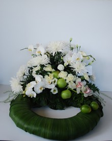 Krans med orkideer og chrysanthemum.