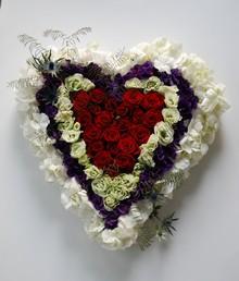 Hjerte med røde roser.