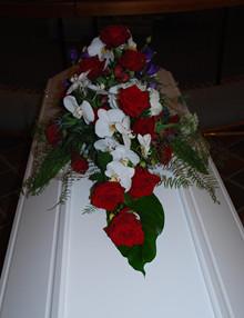 Kistepynt med roser og orkideer
