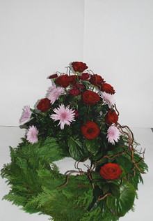 Krans med roser og chrysanthemum