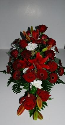 Båredekoration med bær,  roser  og liljer