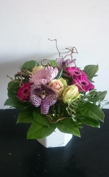 Tæt buket med orkideer og roser