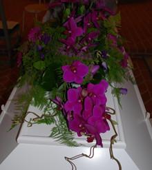 Kistepynt med orkideer og gerbera