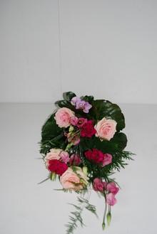 Bårebuket med lyserøde roser.