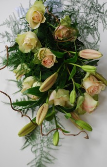 Bårebuket med roser og liljer.