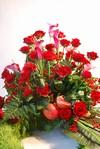 Krans med roser, nelliker og kallaer.