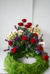 Krans med orkideer og roser.