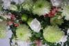 Båredekoration i grønne og hvide farver.