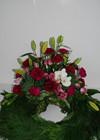 Krans med liljer, nelliker og orkideer