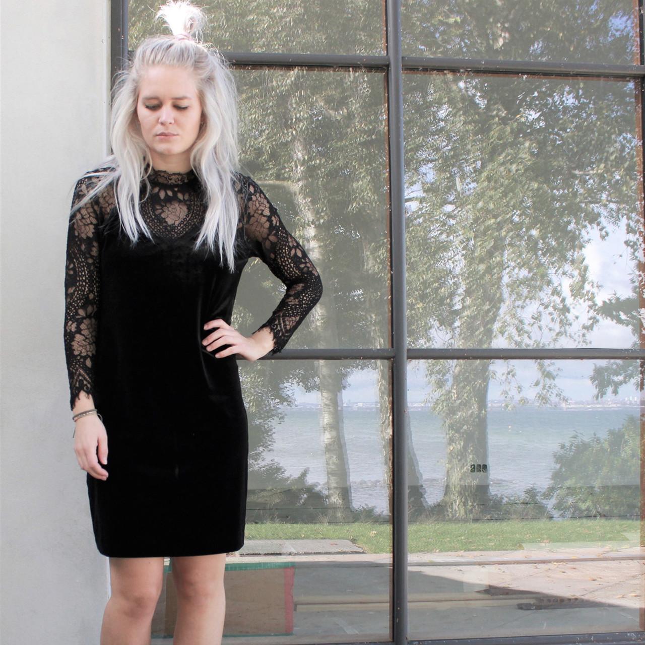 serena velvet kjole i sort fra neo noir