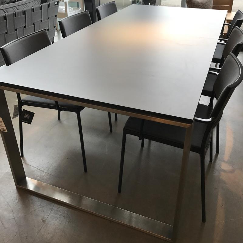 Cane-line edge bord og less armstole udstillingsmodel fra N/A fra livingshop