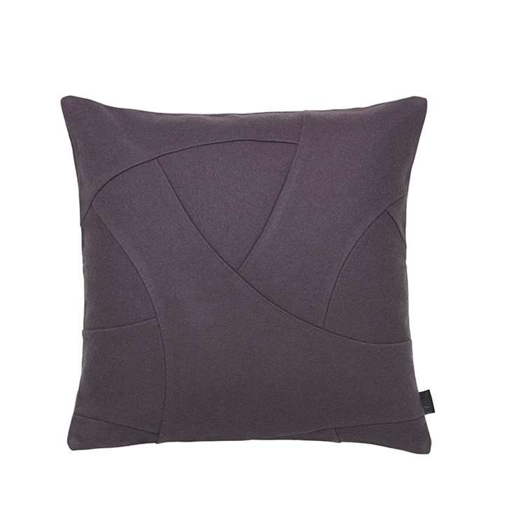 By Lassen Pude, Flow Hero plum, 50x50 cm