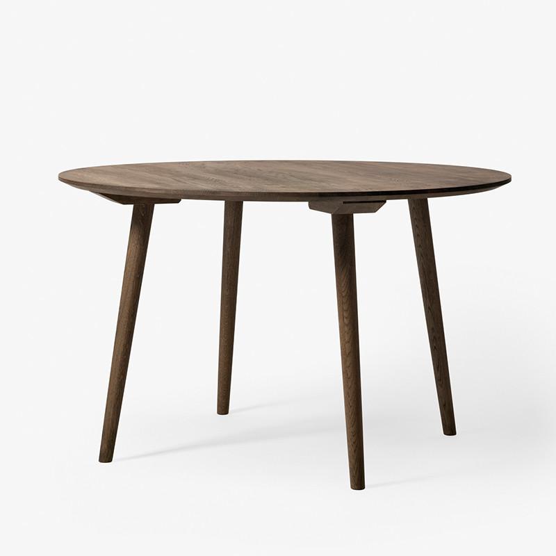 &tradition Spisebord In Between SK4 Røget eg - Rund spisebord i træ
