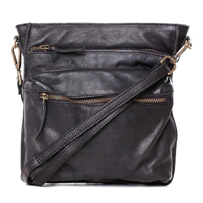 Lille skøn crossover taske i sort kalveskind fra The Perfekt til dig som vil have det helt enkelte, køb denne flotte crossover taske fra The Monte. Den er lavet i kalveskind - med 3 udvendige .