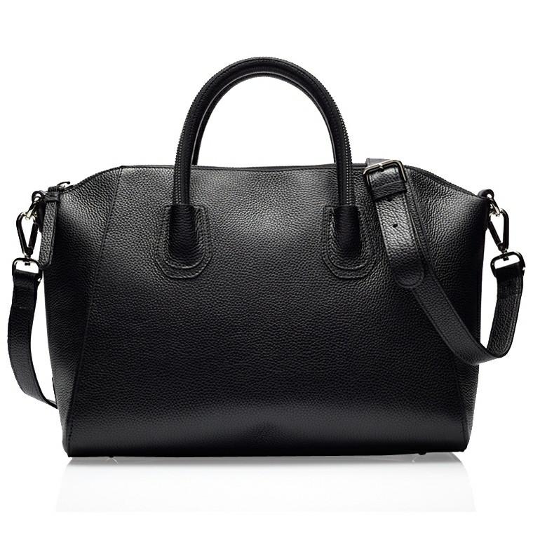 God stor taske den måler h x b x d: 42 x x 16 cm Højde målet er taget ved siden af hankene. Indvendig har tasken 2 lommer, hvoraf en er med lynlås.