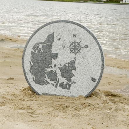 Trædesten med Danmarkskort og kompas Ø 54 cm. (Gr. 470)