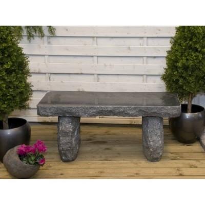 Granit bænk i mørk granit. Længde 100 cm. Højde 44 cm. 135 kg. Materiale: granit
