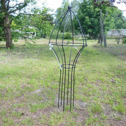 Obelisk med krone højde 75 cm