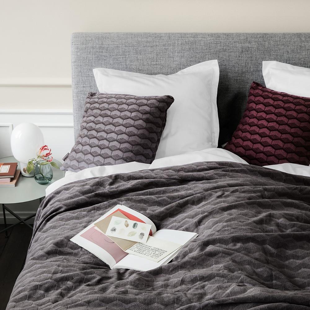 senge tæppe Sengetæppet i grå er desigaf Bent GeJensen   GeJensen  senge tæppe