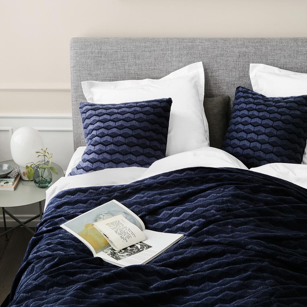 sengetæppe Et sengetæppe i blandingen af bomuld og viskose sikrer en  sengetæppe
