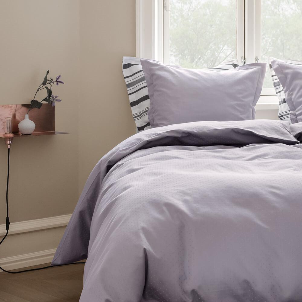 30954daff76 Klassisk sengetøj i lavendelfarvet design, der hjælper søvnen på vej ...