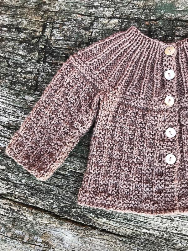 c87bb8a2926 Babytrøje med rundt bærestykke - Onion ApS