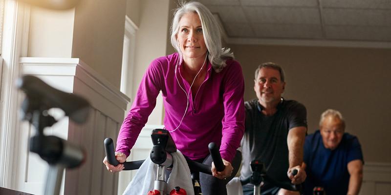 Mennesker på motionscykler