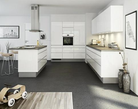stort åbent køkken hvor husets arkitektur er udnyttet til fulde ...