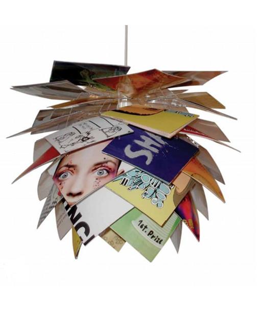 DesignFrank Kerdil for Dyberg Larsen Koncept Illumin Magazine pendlen er en ny spændende og fleksibel lampe der også kan anvendes som gulvlampe eller til bordet. De overlappende skærme er med til at give et diffust og behageligt lys Pendelen samles let på 11 min. og kan ændres efter behov, så den altid kan følge med tiden, og samtidig giver den glæden ved at skabe noget selv og præge sin indretning. Her kan benyttes billeder, egne print, tegninger, tapet, farvet karton - ja kun fantasien sætter grænser. Det var super skæg underholdning den dag, vi samlede en Illumin Magazine lampe til vores udstilling. Alle ville være med til at bestemme hvilke billeder, der skulle være hvor.