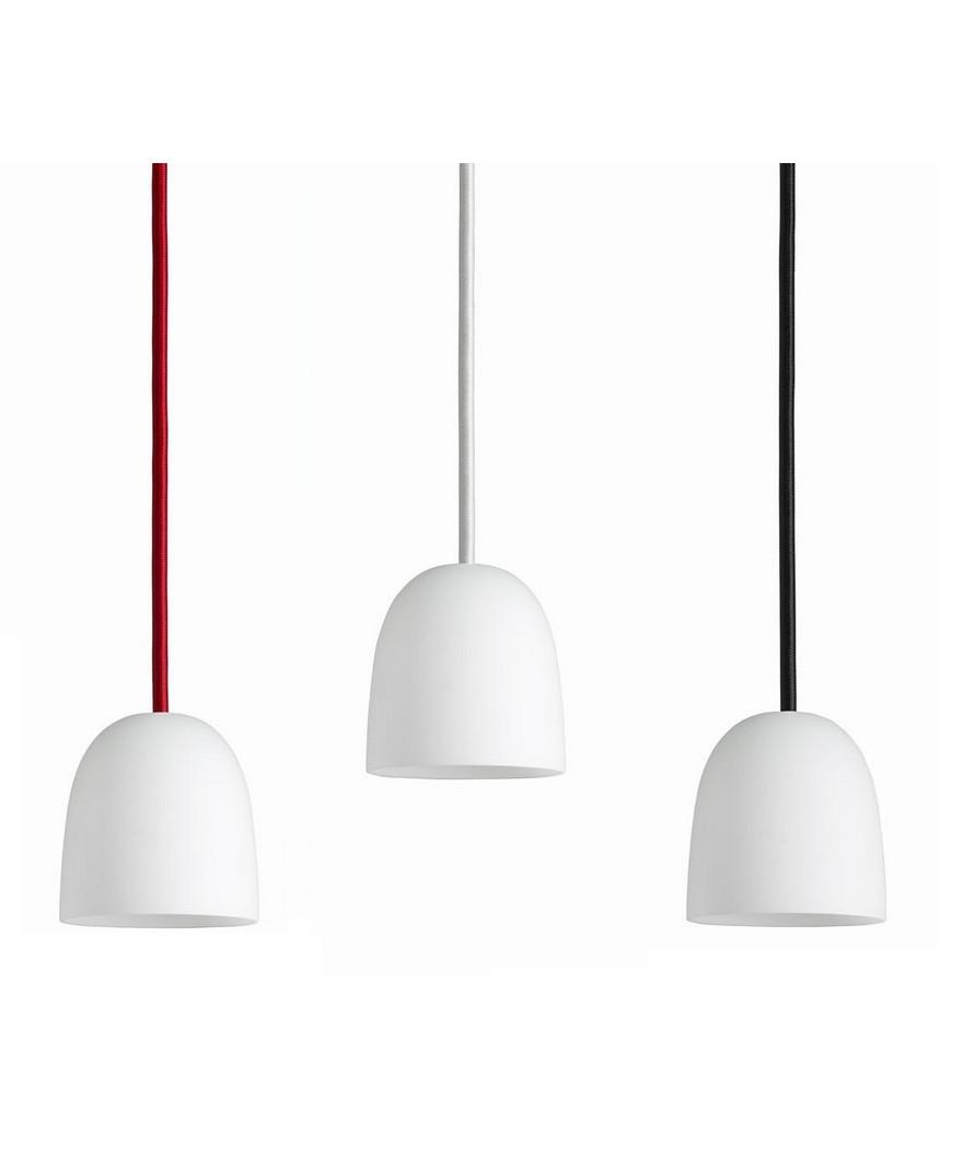 Design Piet Hein for Piet Hein Koncept Som sine brødre i SUPER-serien,erSUPER 90 lampenmed sit elegante design blevet en øjeblikkelig klassiker. Der er rig mulighed for at finde en pendel der passer i størrelsen samt vælge blandt skærme udført i både sort og hvid eller opaliseret glas i version 90 og 115. Derud over kan der leges med ledningerne som kan vælges i henholdsvis sort, hvid eller rød stof-ledning. Med sit enkle men stadig yderst raffinerede udseende vil SUPER 90 pendlen fra Piet Hein være en kærkommen kilde til belysning alle steder i boligen. En enkelt og elegant pendel der kan bruges i mange sammenhænge, hvor der i kraft af valget mellem flere størrelser samt tre farver ledninger er mulighed for leg med form og farve.