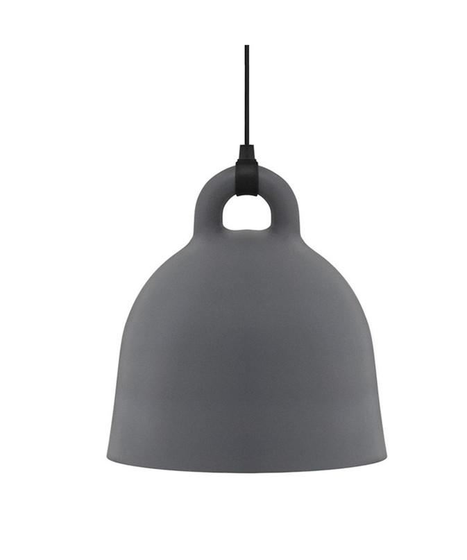 Design Andreas Lund & Jacob Rudbeck for Normann CopenhagenKoncept Bell pendlen i grå er en meget enkel, men samtidig unik lampe, som henleder tankerne på en klokke, der hænger ned fra klokketårnet. Den er super dekorativ som belysning over spisebordet eller køkkenbordet og passer ind i de fleste hjem. Large versionen bruger en pære med E27 sokkel, hvilket giver mange muligheder for at få nøjagtigt det lys, som man ønsker. Bell kommer med en 4 meter lang stofledning, der matcher lampes farve.