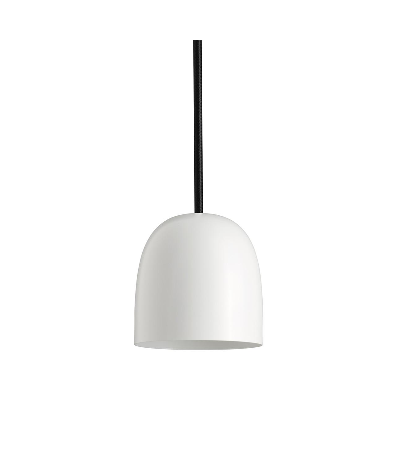 Design Piet Hein for Piet Hein Koncept Som sine brødre i SUPER-serien,erSUPER 115 lampenmed sit elegante design blevet en øjeblikkelig klassiker. Der er rig mulighed for at finde en pendel der passer i størrelsen samt vælge blandt skærme udført i både sort og hvid eller opaliseret glas i version 90 og 115. Derud over kan der leges med ledningerne som kan vælges i henholdsvis sort, hvid eller rød stof-ledning. Med sit enkle men stadig yderst raffinerede udseende vil SUPER 115 pendlen fra Piet Hein være en kærkommen kilde til belysning alle steder i boligen. En enkelt og elegant pendel der kan bruges i mange sammenhænge, hvor der i kraft af valget mellem flere størrelser samt tre farver ledninger er mulighed for leg med form og farve.