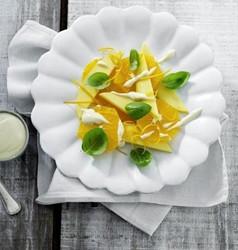 Appelsin-mangosalat m. lakridscreme & basilikum