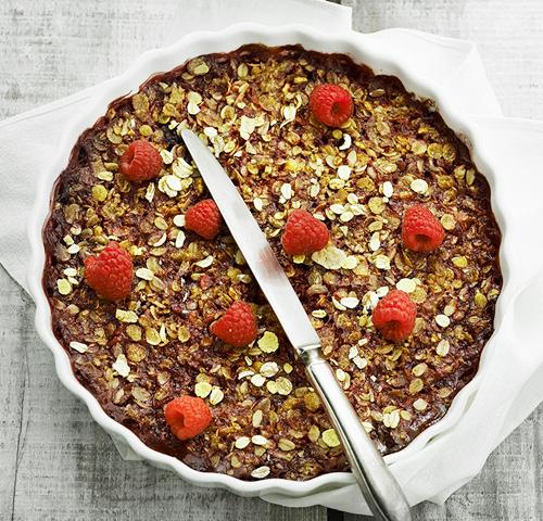 Crumble cake med hindbær og vanille is