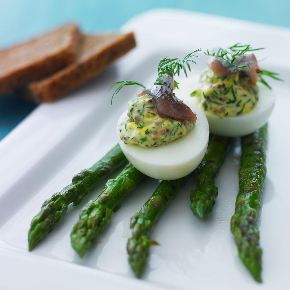 Fyldte æg med matjessild og grillede asparges