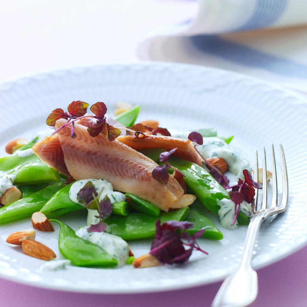 Salat med røget ørredfilet, grønne bønner og mandler