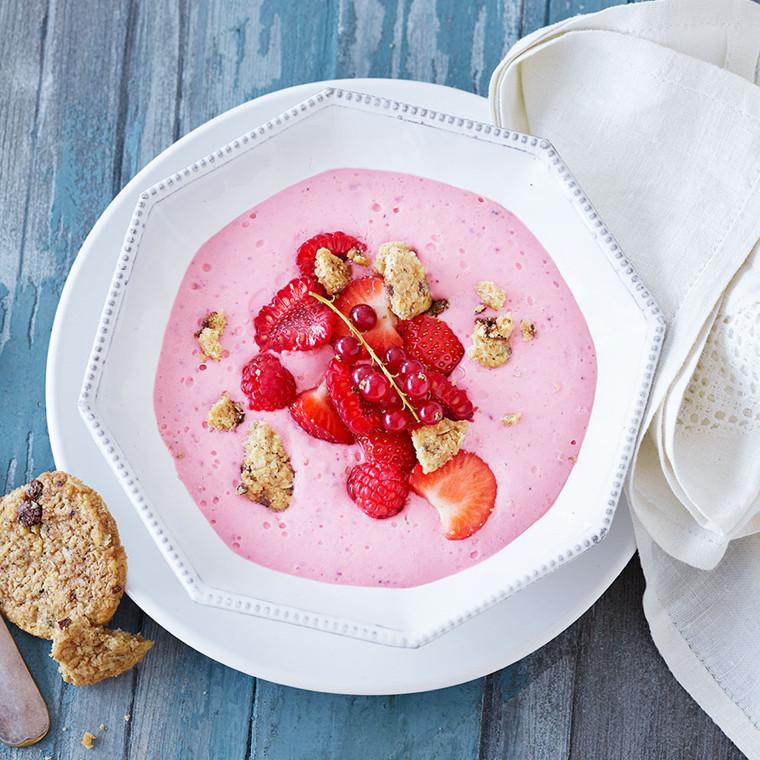 Kold yoghurt-frugtsuppe med cookies