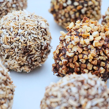 Romkugler lavet på bønner - vendt i chokolade samt ristet kokos og mandler