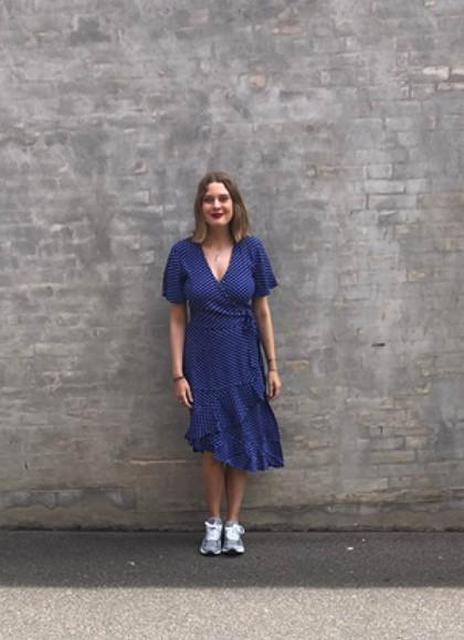Résumé Gail Kjole i blå med prikker