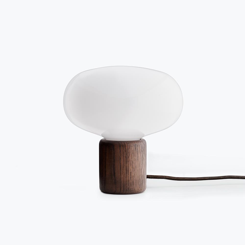 New Works Karl-Johan bordlampe, røget eg/hvid opalglas