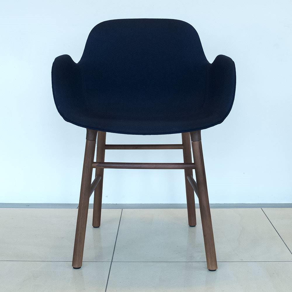 Normann Copenhagen Form Armchair Fame, valnød - udstillingsmodel