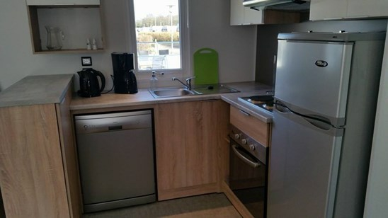Køkkenet er indrettet med opvaskemaskine, stor ovn, komfur med 4 plader,  stort køleskab med fryser,